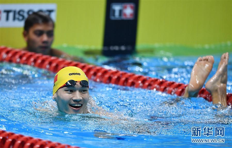 男子50米仰泳:徐嘉余夺冠